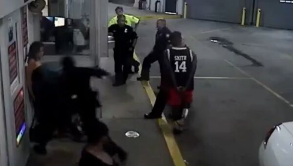 Cop beats handcuffed woman - Sputnik International