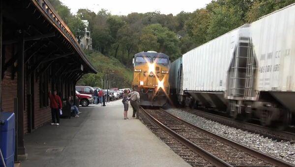 Guy Almost hit by Train - Sputnik International