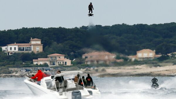 Jet ski champion Franky Zapata hovers in the air on an IPU Flyboard Air hoverboard as he breaks the Guiness World Records for furthest flight by hoverboard - Sputnik International