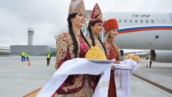 Girls in traditional costumes at Kazan airport - Sputnik International