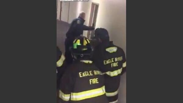 Colorado Fire Department & Police Coax Bear Out Of Apartment - Sputnik International