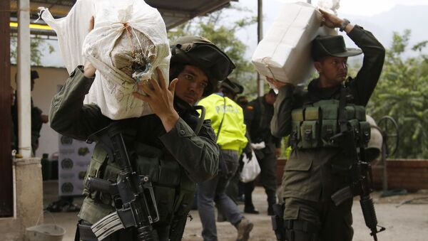 Counter narcotics police carry bags containing cocaine seized in Chinacota, near Colombia's northeastern border with Venezuela (File) - Sputnik International