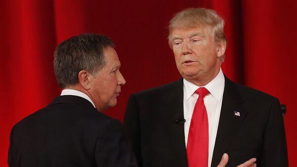 Republican presidential candidate, Ohio Gov. John Kasich, left, speaks to Republican presidential candidate, businessman Donald Trump - Sputnik International