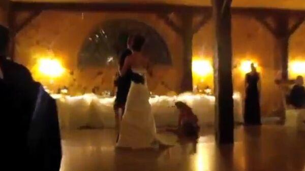 Bridesmaid Falls during Wedding First Dance - Sputnik International
