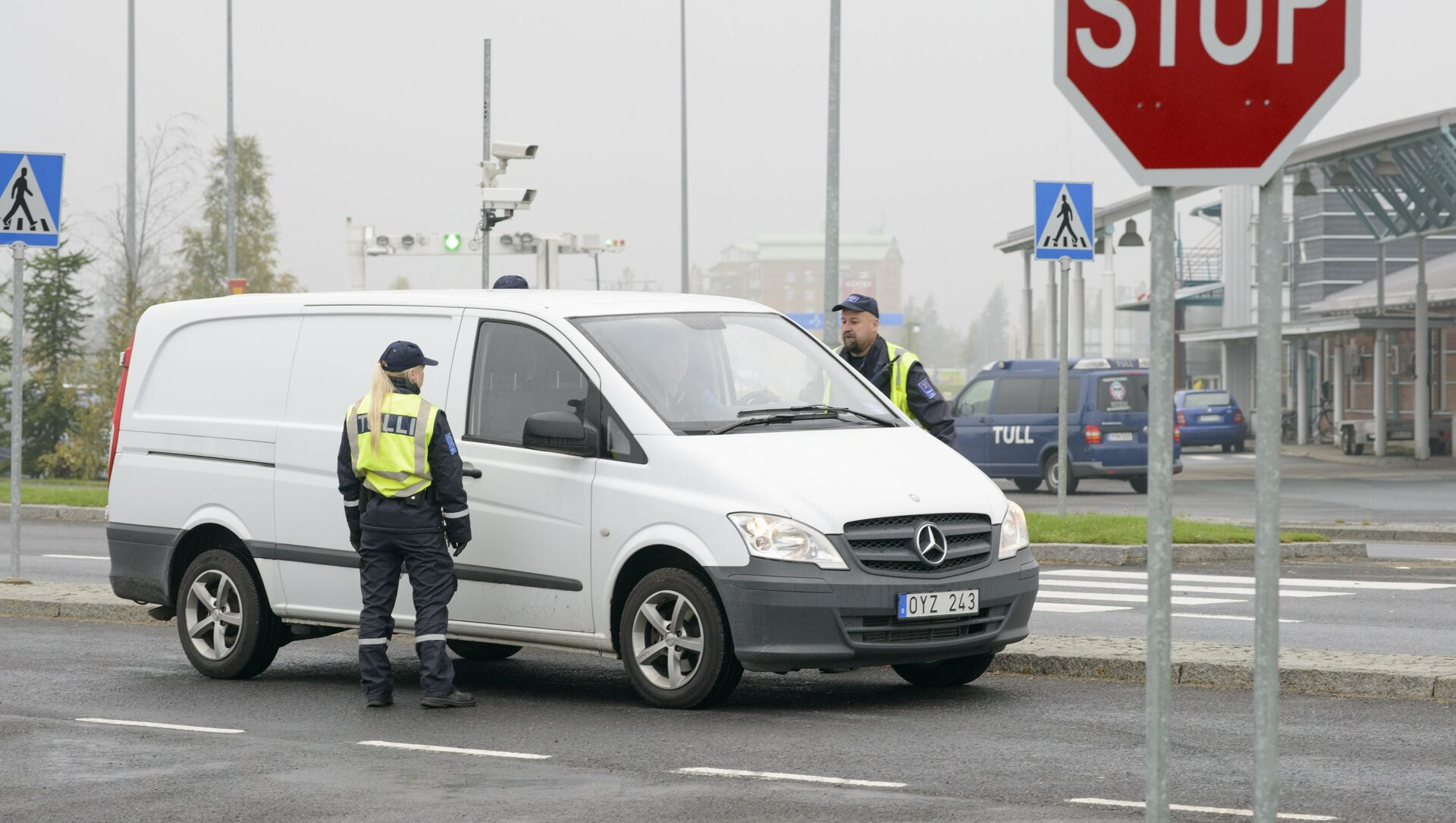 Finnish customs officers stop and inspect cars on Finland's northern border with Sweden to prevent illegal immigration and human trafficking. - Sputnik International, 1920, 29.07.2021