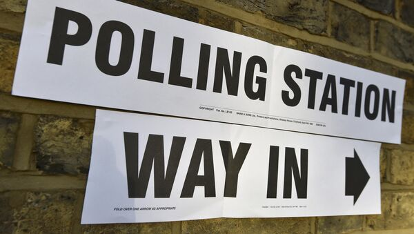A sign on a wall points to the entrance of a polling station for the London mayoral elections, in west London, Britain May 5, 2016 - Sputnik International