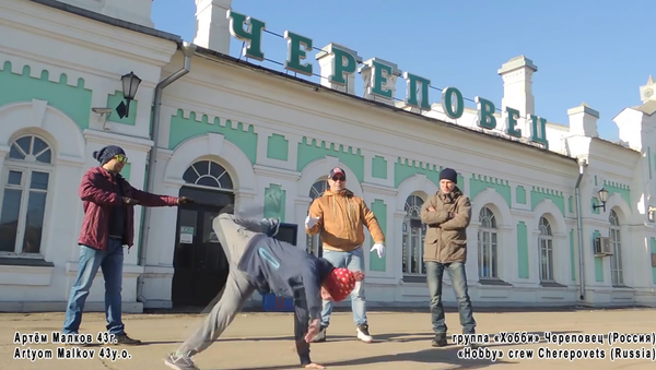 To mark the 30th anniversary of the very first break-dance festival in the Soviet Union, 50 former members of the festival organized a dance flashmob, Ruposters.ru said. - Sputnik International