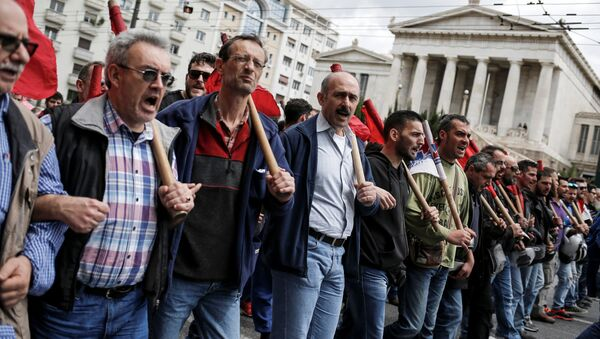 Members of the communist-affiliated PAME union shout slogans during a 48-hour general strike against tax and pension reforms in Athens, Greece, May 6, 2016. - Sputnik International