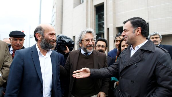 Can Dundar (C), editor-in-chief of Cumhuriyet, accompanied by his Ankara bureau chief Erdem Gul (L) arrive at the Justice Palace in Istanbul, Turkey May 6, 2016. - Sputnik International