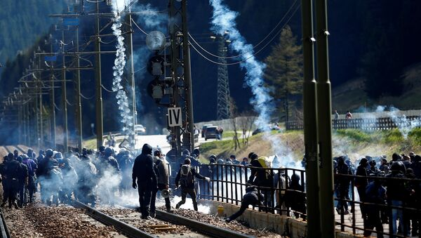 Demonstrators take part in a protest against a plan to restrict access through the Brenner Pass between Italy and Austria, in Brenner, Italy, May 7, 2016. - Sputnik International