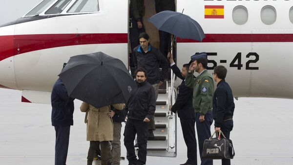 In this photo made available by Presidencia del Gobierno on Sunday, May 8, 2016, Spanish journalists Jose Manuel Lopez and Angel Sastre, center, arrive at the Torrejon military airbase in Madrid, Spain - Sputnik International
