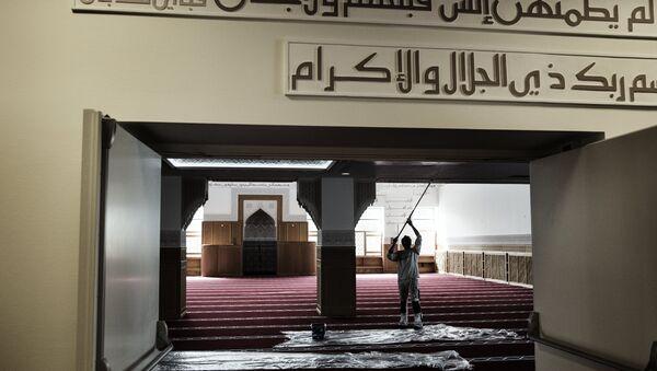 A worker paints a wall inside the mosque in Rovsingsgade in Copenhagen on June 16, 2014 - Sputnik International
