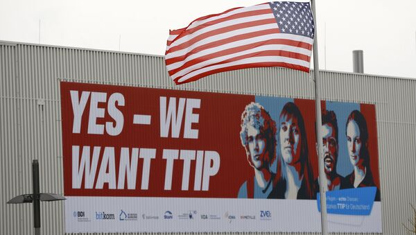 The flag of the USA flutters over a hall of the Hanover Fair decorated with a banner supporting the free trade agreement TTIP (Transatlantic Trade and Investment Partnership) in Hanover, Germany April 25, 2016 - Sputnik International