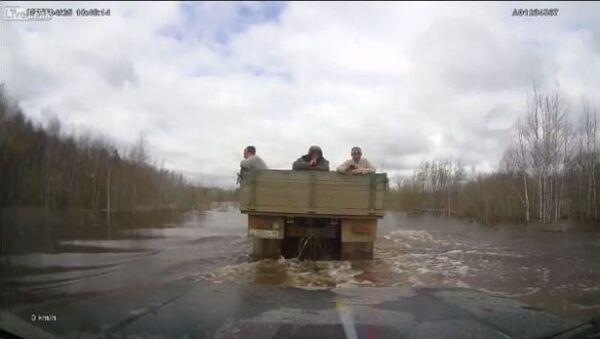 Truck Tows Lada Niva on Flooded Road in Russia - Sputnik International