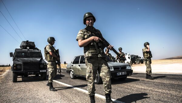 Turkish soldiers stand near the Turkey-Syrian border post in Sanliurfa, on September 4, 2015. - Sputnik International