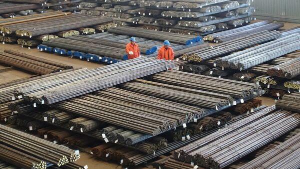 Workers check steel products at a factory in Dalian, Liaoning Province, China, March 30, 2016 - Sputnik International