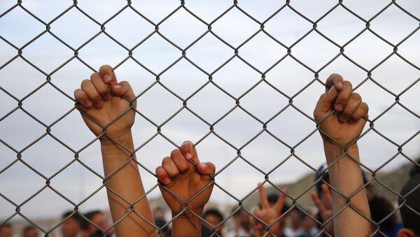 Syrian refugee children chant slogans behind a fence at the Nizip refugee camp in Gaziantep province, southeastern Turkey. - Sputnik International