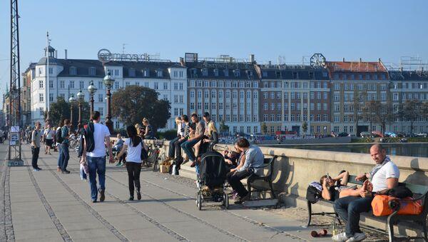 Taking in the scene and sun from the bridge to Norrebro, Copenhagen - Sputnik International