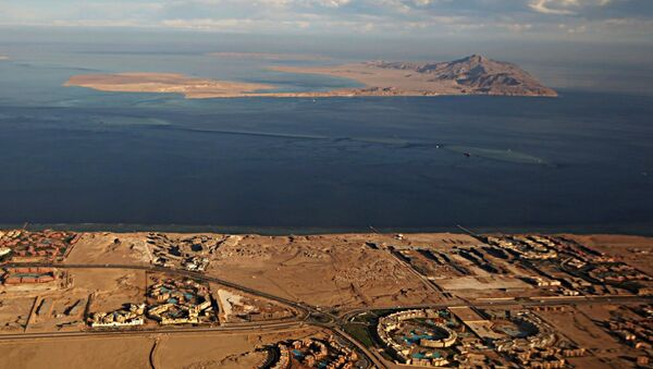A picture taken on January 14, 2014 through the window of an airplane shows the Red Sea's Tiran (foreground) and the Sanafir (background) islands in the Strait of Tiran between Egypt's Sinai Peninsula and Saudi Arabia. - Sputnik International