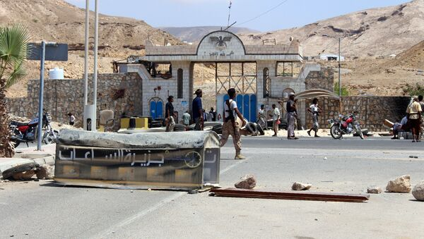 Yemeni soldiers stand guard outside a public security camp following a reported suicide attack in the southeastern Yemeni port of Mukalla - Sputnik International