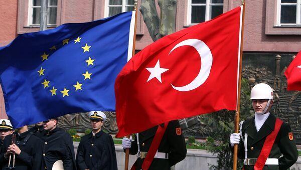 A Turkish guard of honor hold a EU and a Turkish flag (File) - Sputnik International