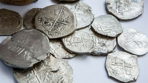 A trove of silver coins has reportedly been discovered by archaeologists at the construction site of a road which will link mainland Russia with Crimea - Sputnik International