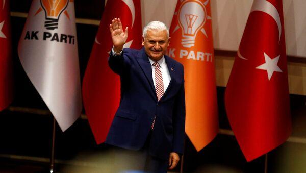 Binali Yildirim greets party members during a meeting in Ankara, Turkey, May 19, 2016 - Sputnik International