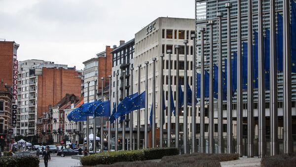 Flags near the European Commission's headquarters in Brussels - Sputnik International