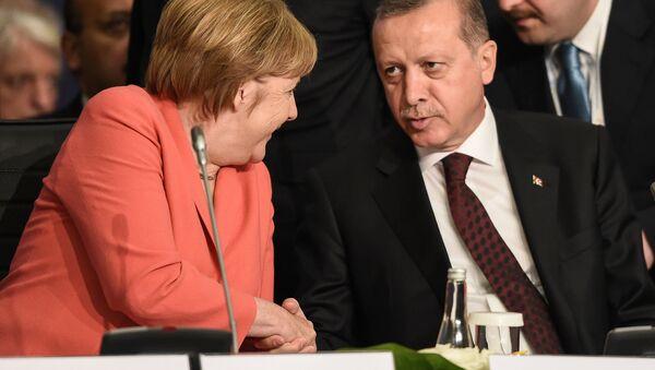German Chancellor Angela Merkel (L) chats with Turkish President Tayyip Erdogan during the World Humanitarian Summit in Istanbul, Turkey, May 23, 2016. - Sputnik International
