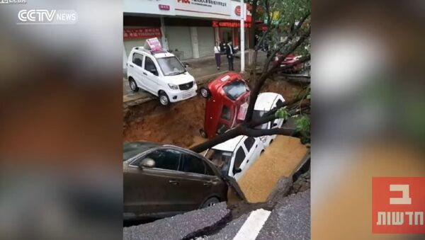 Monstrous Sinkhole Swallows Cars and Tree in China - Sputnik International