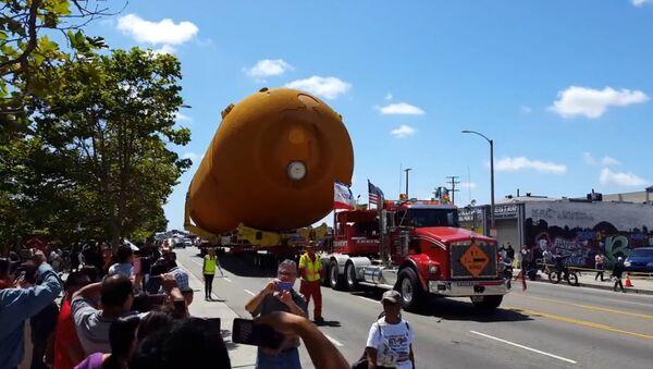 Massive Shuttle Fuel Tank Glides Up LA Streets - Sputnik International