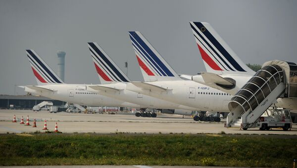 Air France planes are parked on the tarmac of Charles de Gaulle airport on September 24, 2014 in Roissy during an Air France pilots strike - Sputnik International