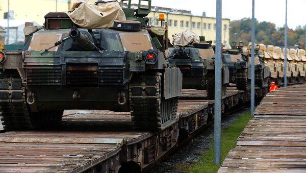 M1A2 Abrams Main Battle Tanks are lined up on rail cars - Sputnik International