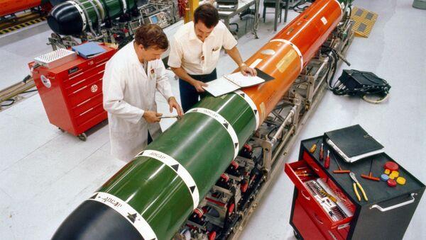 Technicians perform maintenance on a Mark 48 advanced capabilities torpedo at Keyport, Washington - Sputnik International