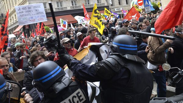 Security forces clash with demonstrators during a protest called by seven labour unions and students against the labour and employment law reform on May 26, 2016 in Bordeaux, southwest France. - Sputnik International