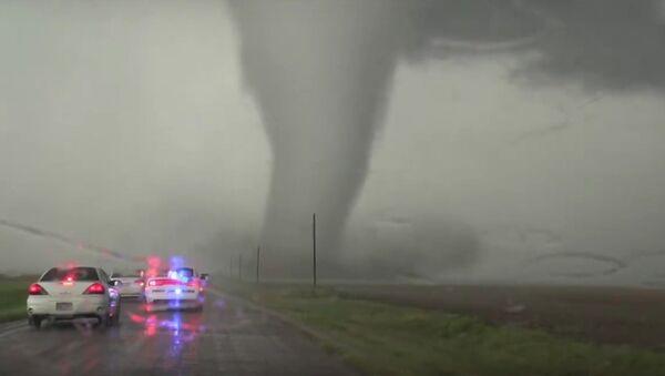Impressive tornado up close and personal in HD - Sputnik International