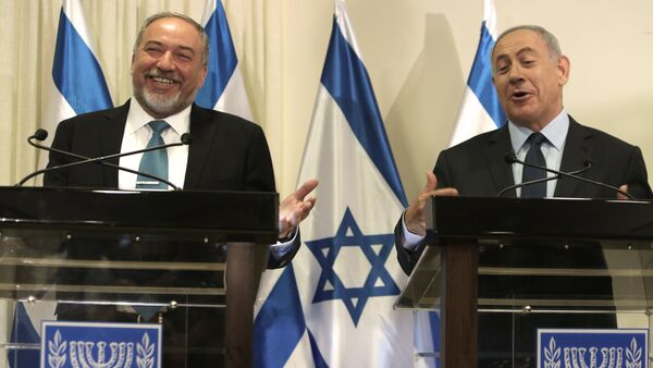 Israeli Prime Minister Benjamin Netanyahu (R) and Avigdor Lieberman (L), the head of hardline nationalist party Yisrael Beitenu, are seen during a ceremony in which they signed a coalition agreement on May 25, 2016 at the Knesset, the Israeli parliament in Jerusalem. - Sputnik International