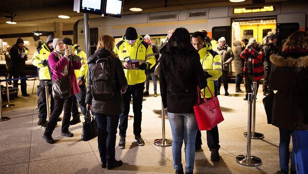 Security checks travellers IDs on January 4, 2016 at the train station in Kastrup (Denmark), the last stop before Sweden - Sputnik International