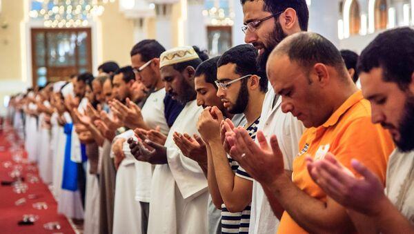 Muslim men praying at a mosque - Sputnik International