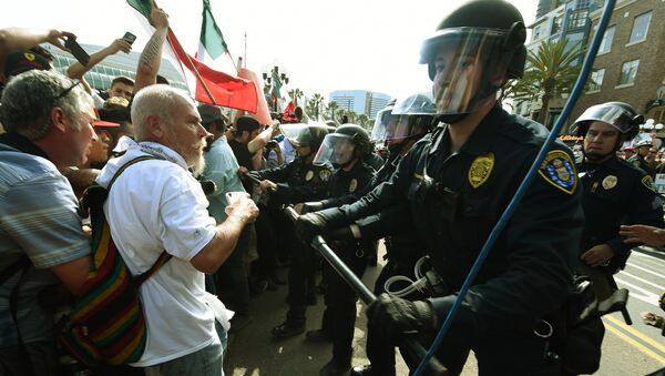 Police push protesters during a rally outside Trump's event in San Diego, California, on May 27, 2016. - Sputnik International