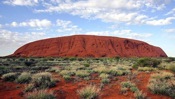 The monolith of Uluru (Ayers Rock) rises 340 metres above the ochre plain in the World Hertage-listed Uluru-Kata Tjuta National Park, which encompasses 1,325 square kilometres of desert in Central Australia. - Sputnik International