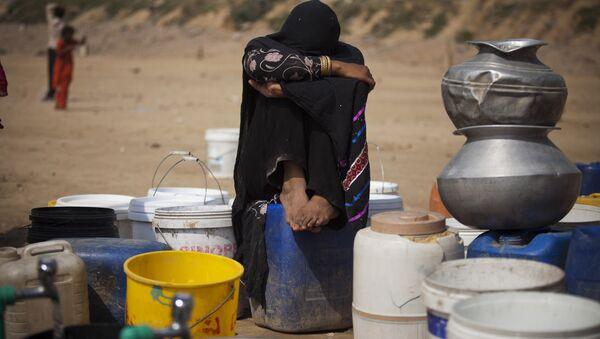 Pakistani nomad girl waits for her turn to fetch fresh water at Rawalpindi's slums in Pakistan. (File) - Sputnik International