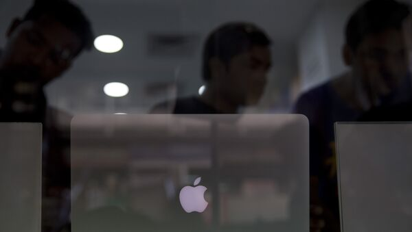 Indian customers check an apple laptop at a store in New Delhi, India, Tuesday, May 17, 2016. - Sputnik International