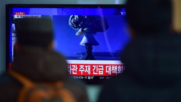 People watch a news report on North Korea's first hydrogen bomb test at a railroad station in Seoul. (File) - Sputnik International