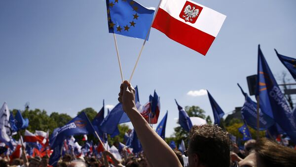 People wave EU and Polish flags as they march during anti-government demonstration organized by main opposition parties in Warsaw, Poland May 7, 2016. - Sputnik International