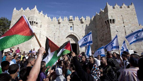 Israelis and Palestinians wave flags - Sputnik International