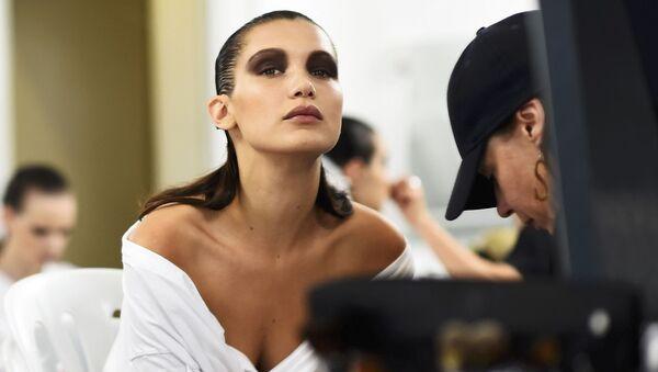 Модель Белла Хадид во время подготовки к показу Dior в Великобритании - Sputnik International