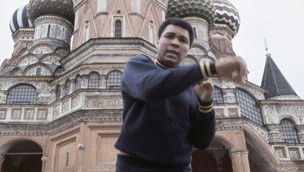 Boxer Muhammad Ali doing his roadwork past St. Basil's and Lenin's mausoleum in Moscow in June 1978 - Sputnik International