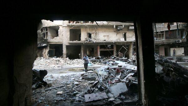 Men inspect damage after an air strike on Aleppo's rebel-held al-Shaar neighbourhood, Syria June 8, 2016 - Sputnik International