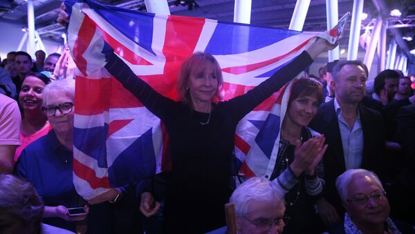 A Brexit supporter holds a Union Flag at a Vote Leave rally in London, Britain June 4, 2016. - Sputnik International